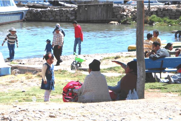 Bolivianos aproveitando o sol em Copacabana