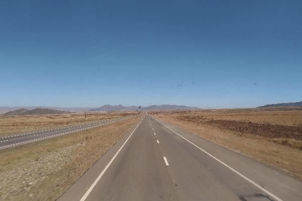 Estradas que ligam as principais cidades da Bolívia são asfaltadas